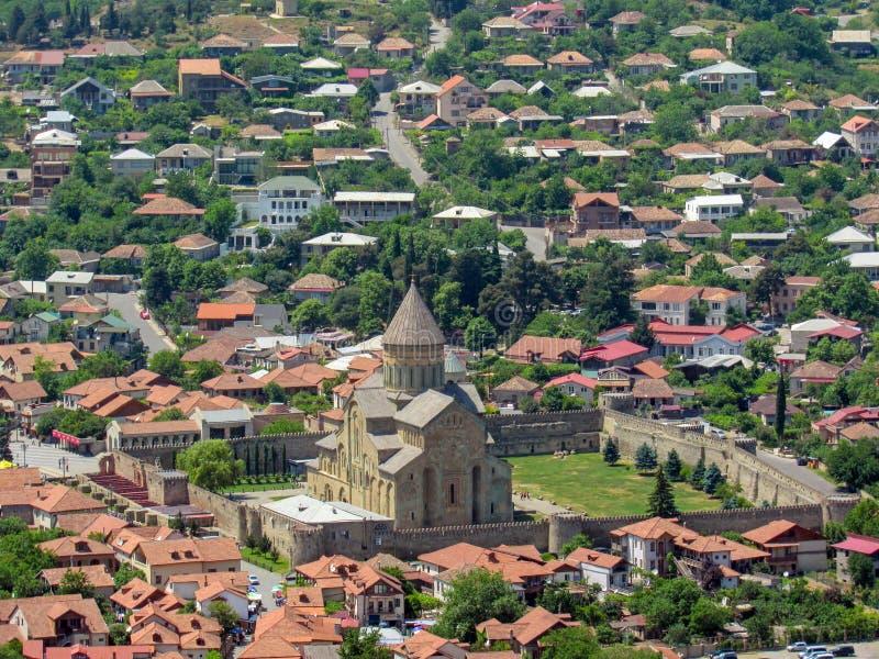 姆茨赫塔景色圣城在Svetitskhoveli大教堂的从Jvari修道院在姆茨赫塔,姆茨赫塔-姆季阿涅季州,乔治亚 免版税库存照片