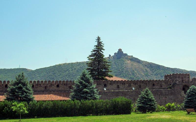 姆茨赫塔,乔治亚:在姆茨赫塔附近的Jvari修道院格鲁吉亚正统修道院从Svetitskhoveli大教堂 图库摄影