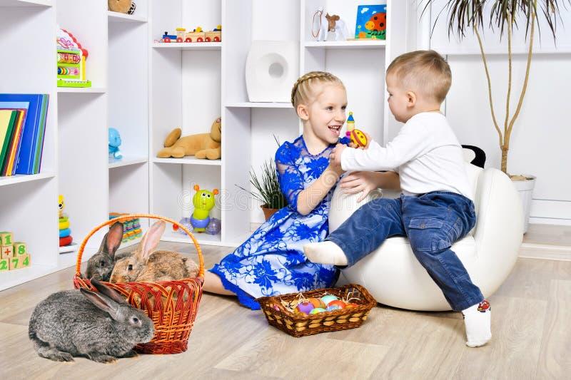 姐妹使用与她的兄弟复活节假日 免版税库存图片