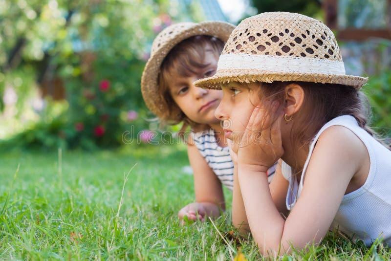 姐妹,草的,夏令时,假日两个小女孩 免版税图库摄影