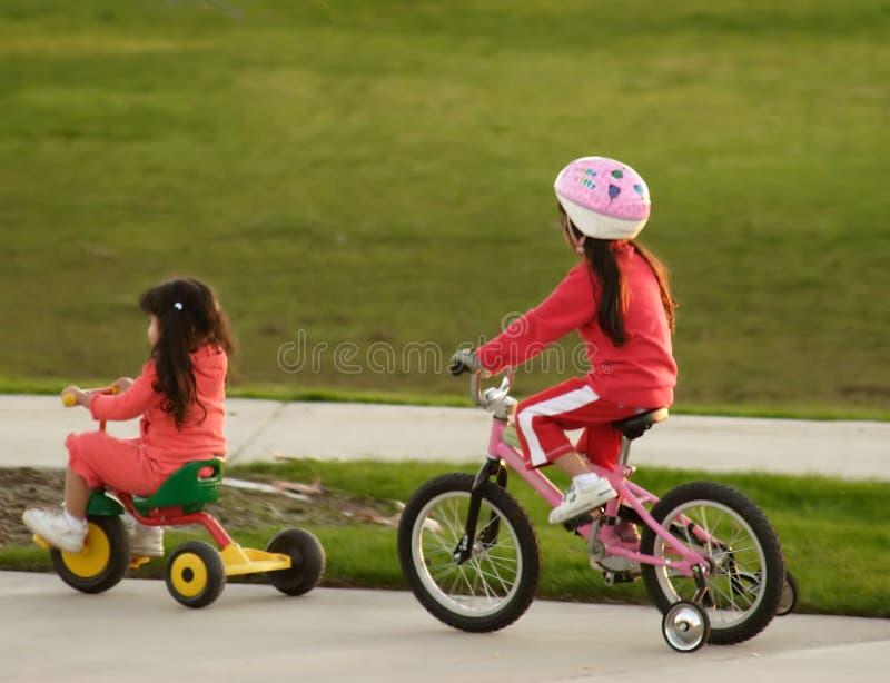 Download 姐妹 库存照片. 图片 包括有 骑马, 朋友, 兄弟, 公园, 人们, 远足, 子项, 轮子, 乐趣, 脚蹬, 帮助 - 62012