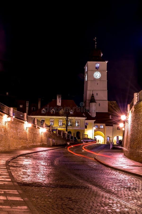 委员会塔在晚上在锡比乌,罗马尼亚 免版税图库摄影