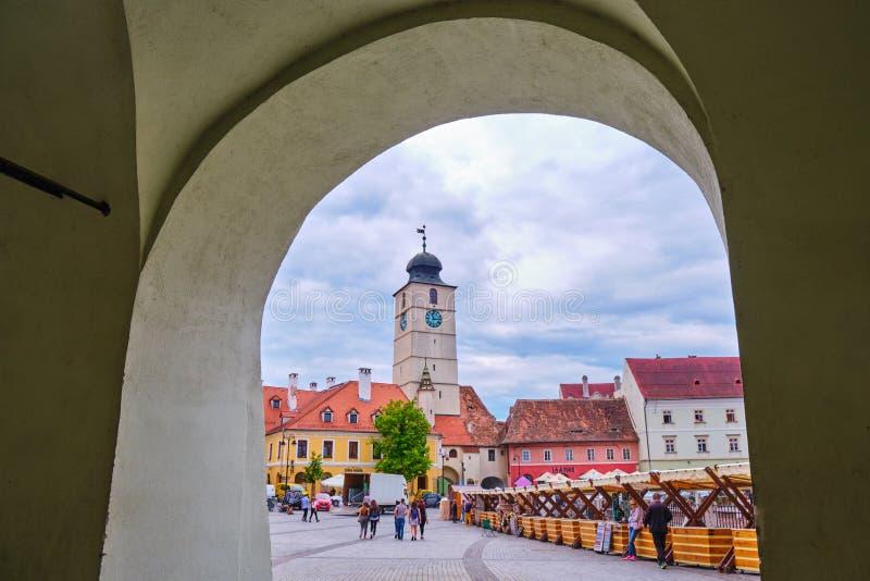 委员会塔Turnul从艺术家的屠户协会下面霍尔段落曲拱被看见的Sfatului在水平的锡比乌- 库存图片
