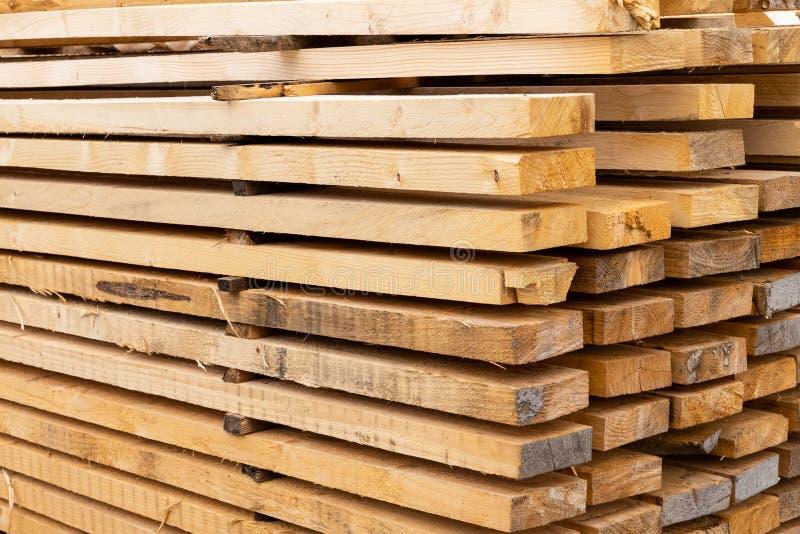 委员会杉木堆建筑材料高平行的被折叠的干燥修造的设计样式 图库摄影