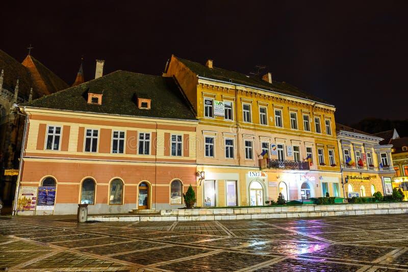 委员会正方形夜视图2014年7月15日的在布拉索夫,罗马尼亚 库存图片