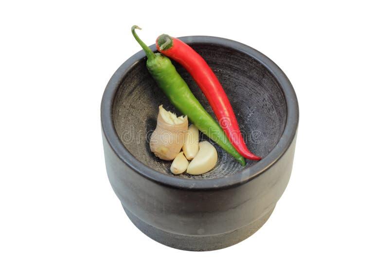 姜、大蒜和辣椒在灰浆 免版税库存图片