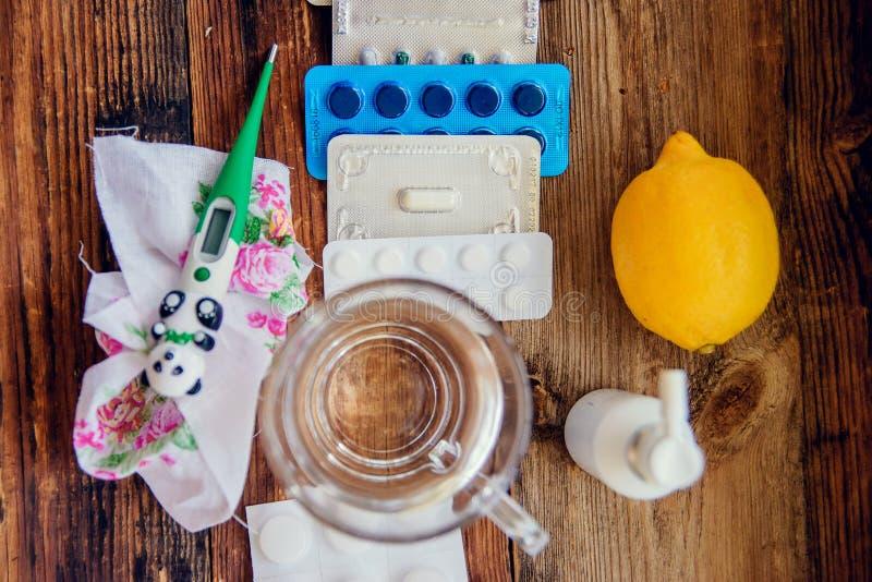 姜、柠檬、蜂蜜和不同的药物在木背景 供选择的对待寒冷和流感的补救和传统药片 n 免版税库存图片