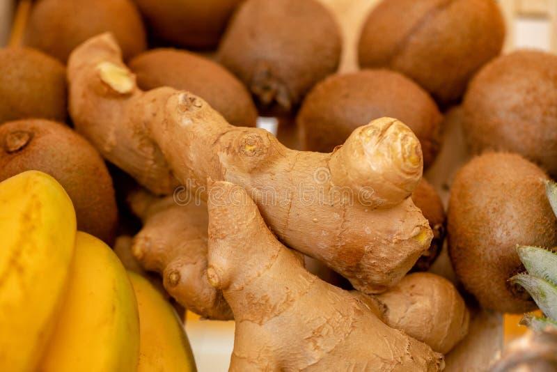姜、香蕉和猕猴桃-真正的厨房新成份背景 健康吃和生活方式概念,新鲜的香料,果子 库存图片