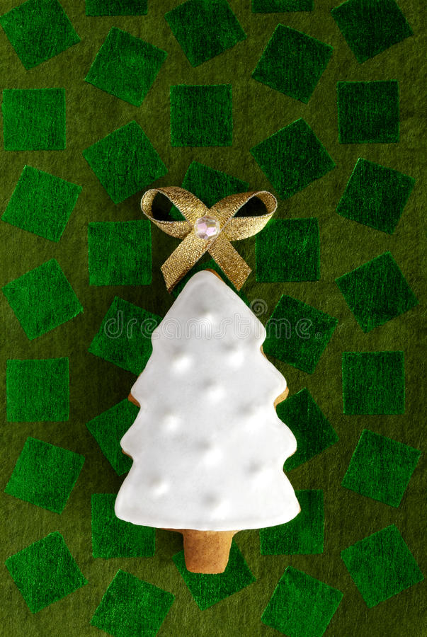 姜圣诞节在绿色背景的杉树 免版税库存图片