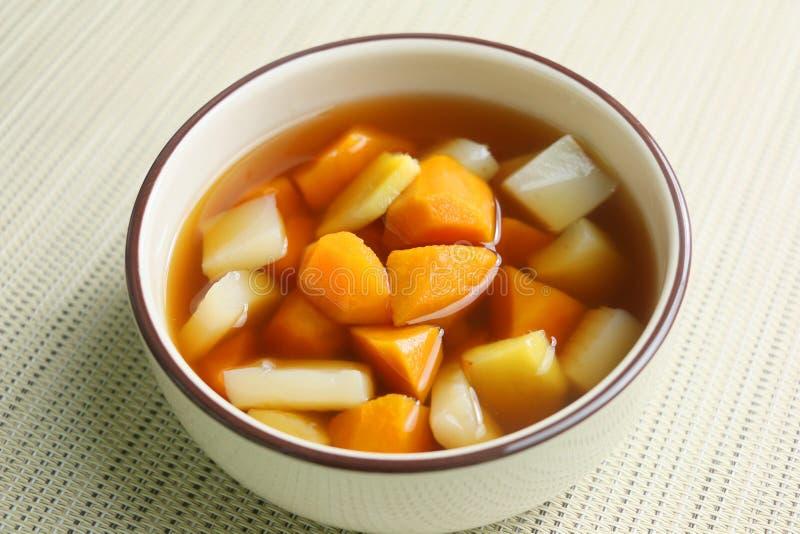 姜在白色碗的白薯汤在餐馆 免版税库存图片