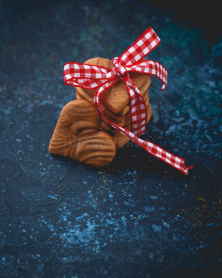 姜心形的曲奇饼为华伦泰` s天 库存照片