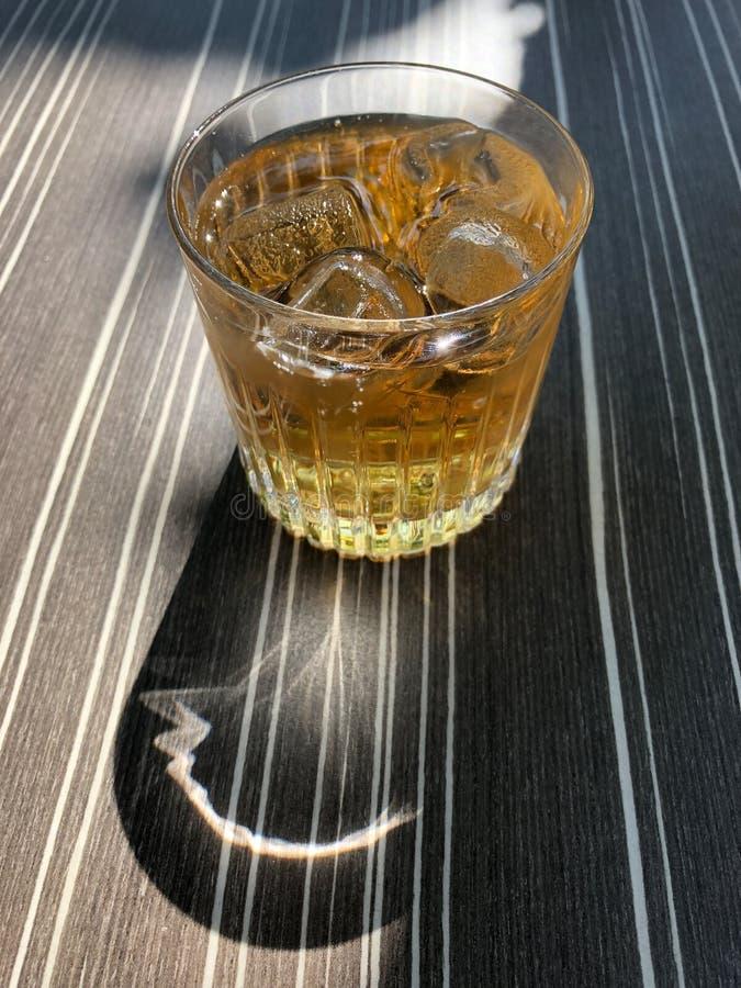 姜汁无酒精饮料longdrink或highball在水杯在桌上 免版税库存图片