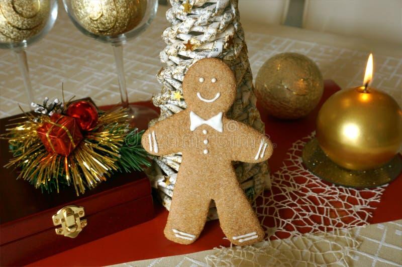 姜饼人和圣诞节辅助部件 免版税图库摄影