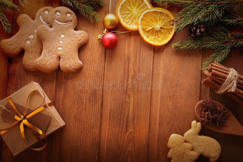姜饼圣诞树和礼物在桌上 免版税库存照片