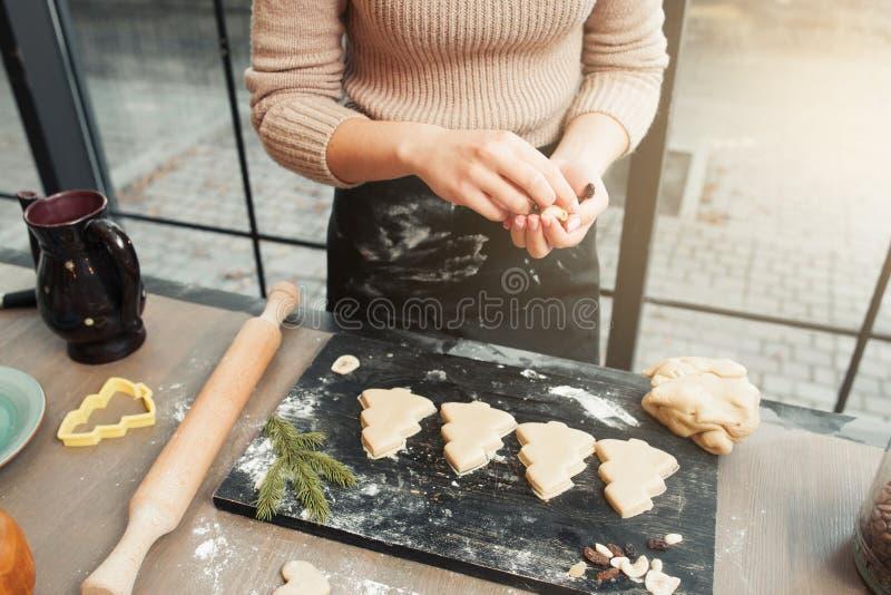 姜饼在盘子的圣诞树曲奇饼 库存照片
