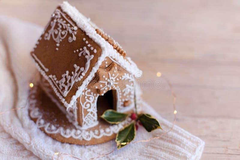 姜饼屋、圣诞舒适的木制和针织背景装饰,配有釉面 库存照片
