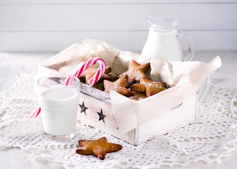 姜饼形状的星形 曲奇饼圣诞老人 土气样式早餐 免版税库存照片