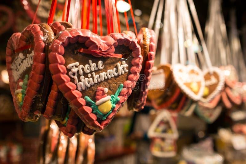 姜饼心脏作为与Frohe Weichnacht信件的甜点 免版税图库摄影