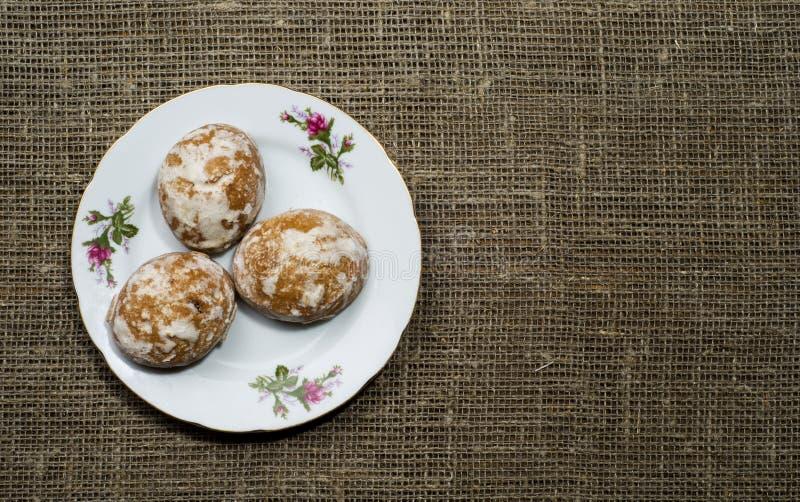 姜饼曲奇饼在一个木倾斜在背景中安排了 免版税图库摄影