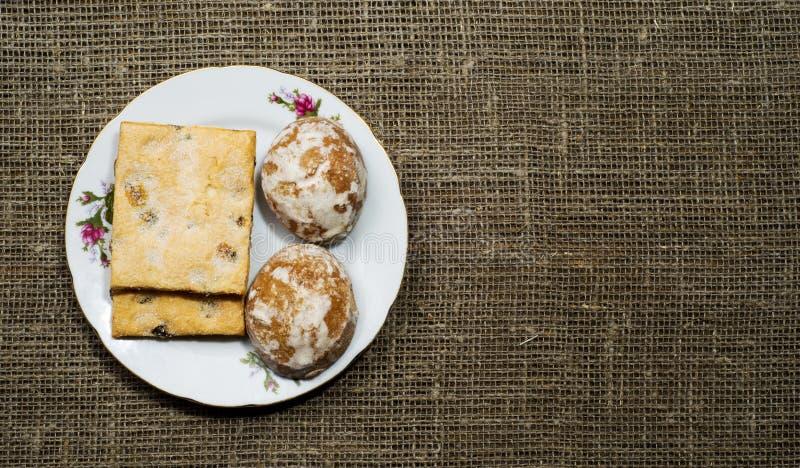 姜饼曲奇饼在一个木倾斜在背景中安排了 库存照片