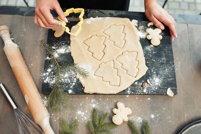 姜饼面团特写镜头用被形成的曲奇饼 图库摄影