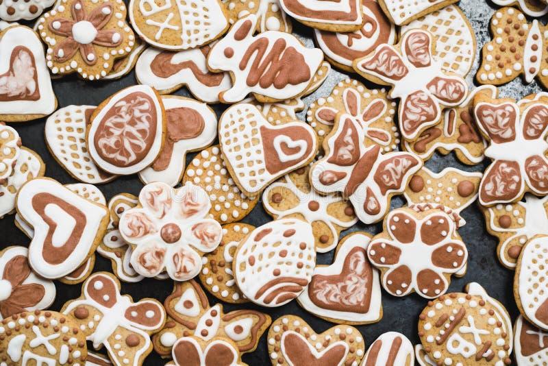 姜饼,盖用白色和巧克力结冰糖 图库摄影