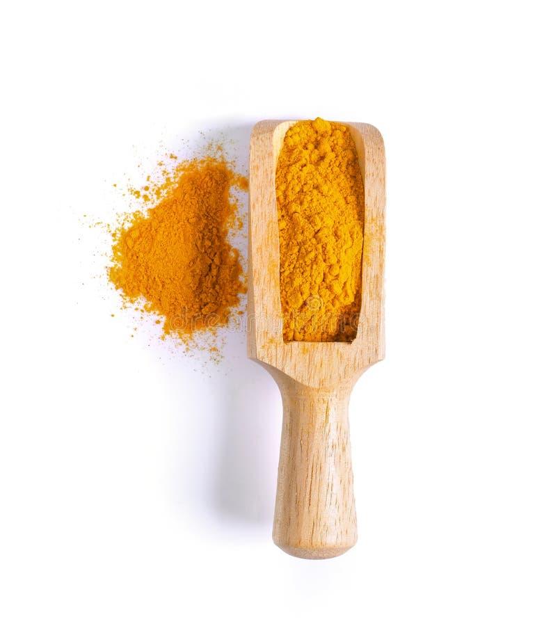 姜黄姜黄在白色b隔绝的木瓢的粉末堆 库存图片