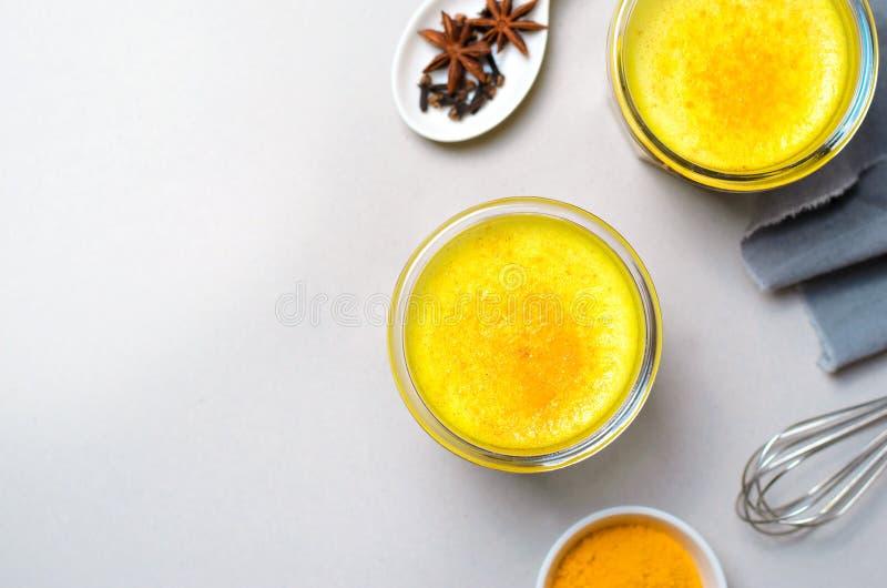 姜黄拿铁,金黄牛奶,茶,健康素食主义者饮料 免版税库存照片