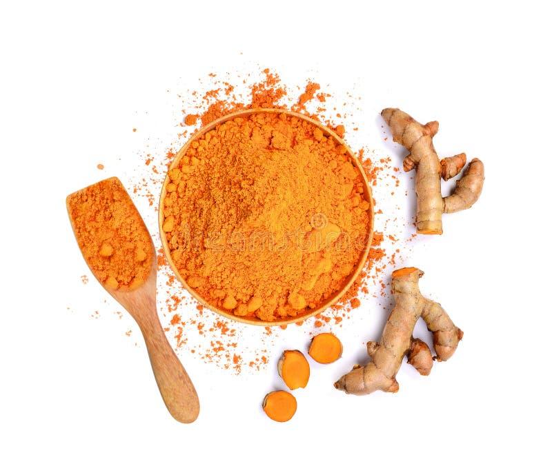 姜黄根和姜黄粉末顶视图在木碗 免版税图库摄影