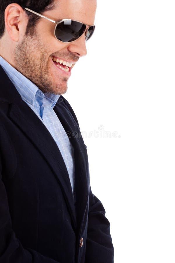姿势专业端微笑的年轻人 免版税库存照片