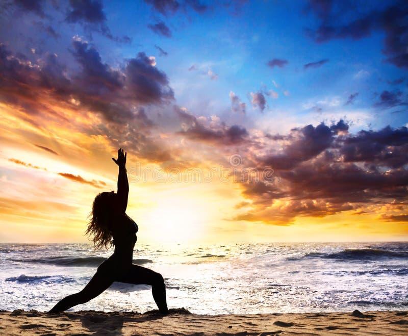 姿势剪影战士瑜伽 免版税库存图片