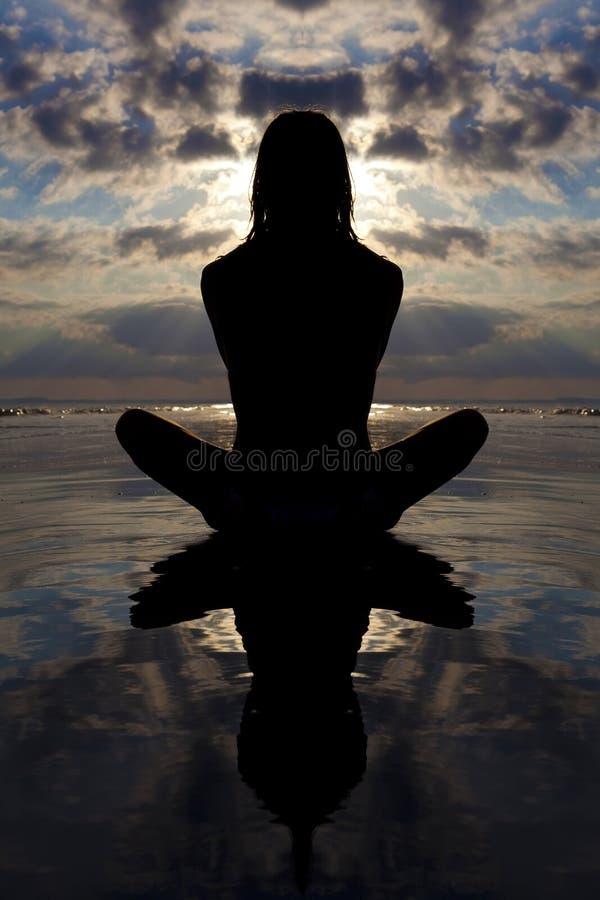 姿势反映日落水瑜伽 免版税库存图片