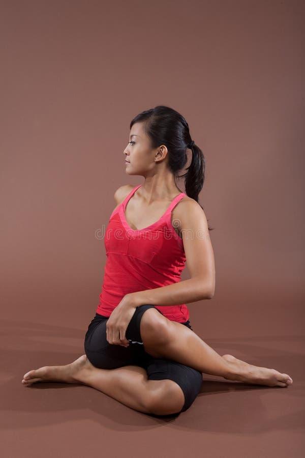 姿势女子瑜伽年轻人 免版税库存图片