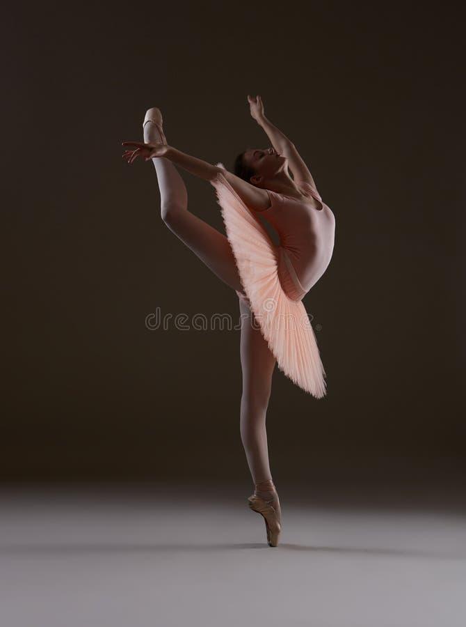 姿势`燕子`的芭蕾舞女演员 免版税库存图片