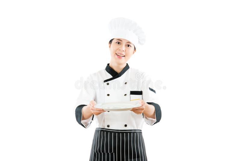 介绍姿态的餐馆女性厨师 免版税图库摄影