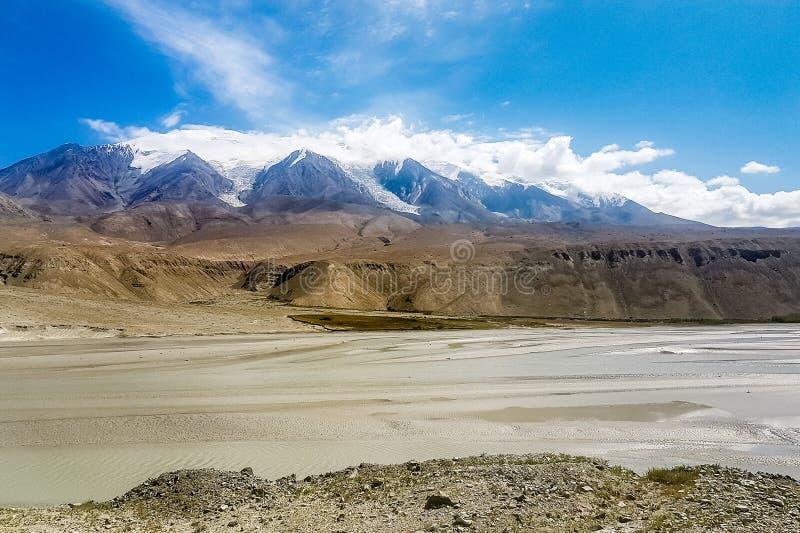威严的清晰打开庄严早晨mt rainer壮观 公格尔山7695m如被看见从喀喇昆仑高速公路,新疆,中国 免版税库存图片