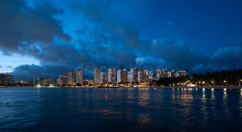 威基基海滩全景在夏威夷的在晚上 免版税图库摄影