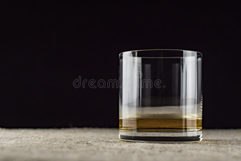 威士忌倒进玻璃杯里 免版税库存照片
