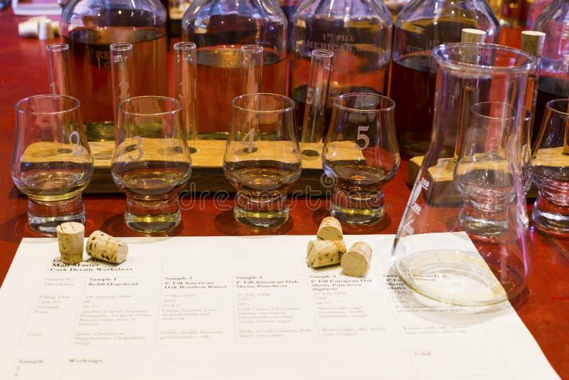 威士忌酒与被编号的抽样的玻璃的品尝设定,烧杯和 库存照片
