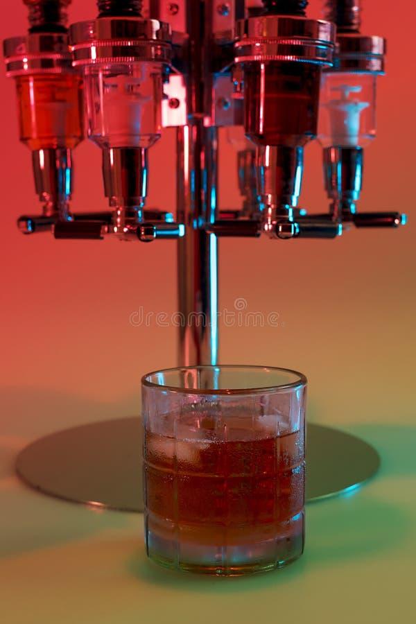 威士忌酒冷的饮料在酒吧的晚上 图库摄影