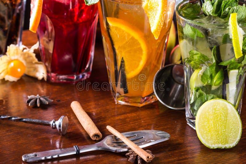 威士忌酒可乐鸡尾酒, mojito鸡尾酒,橙色鸡尾酒,在玻璃玻璃的草莓鸡尾酒与秸杆  免版税库存照片