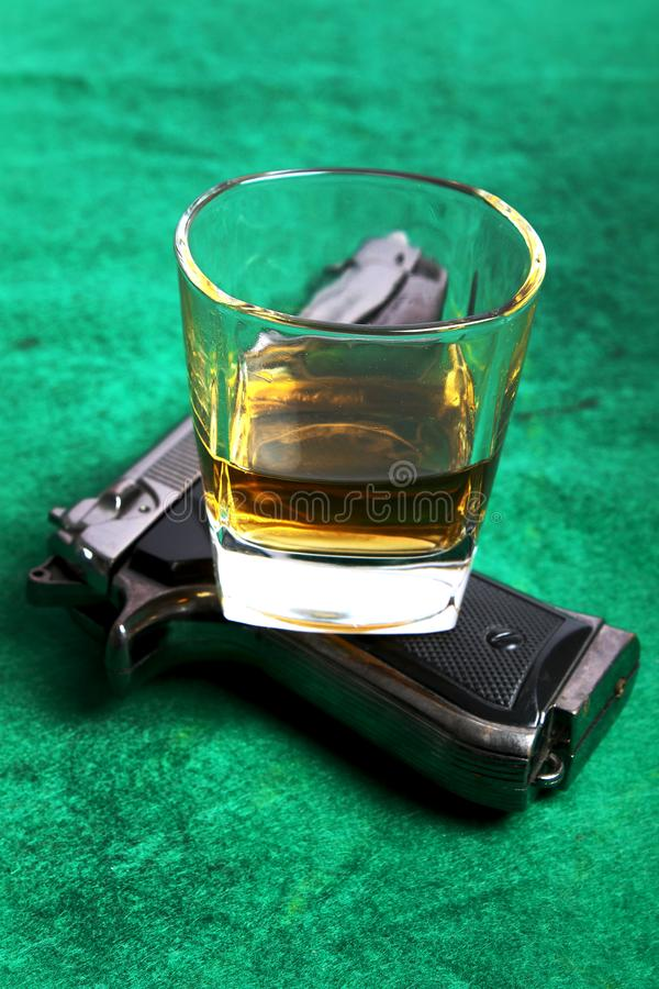 威士忌酒和枪 库存图片