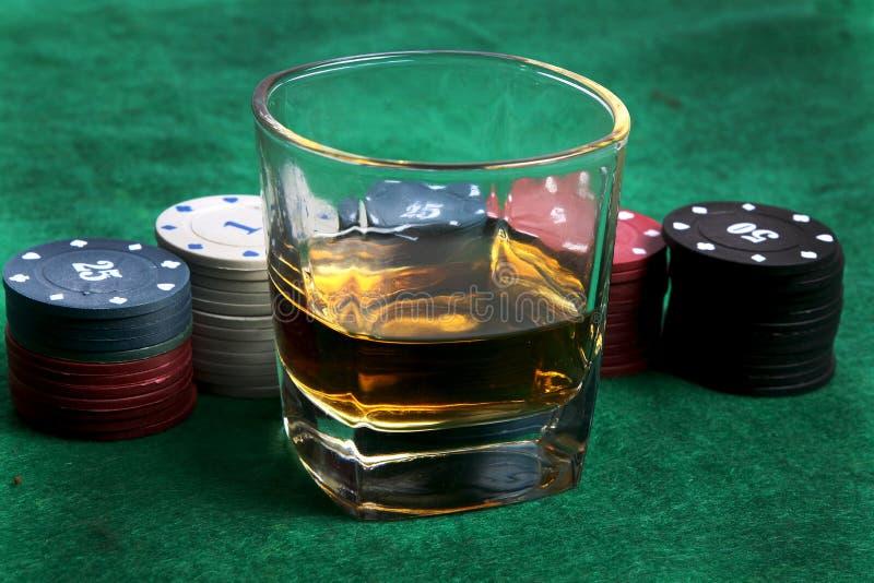威士忌酒和赌博娱乐场芯片 库存图片