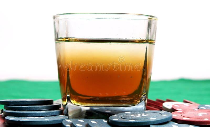 威士忌酒和赌博娱乐场芯片 图库摄影