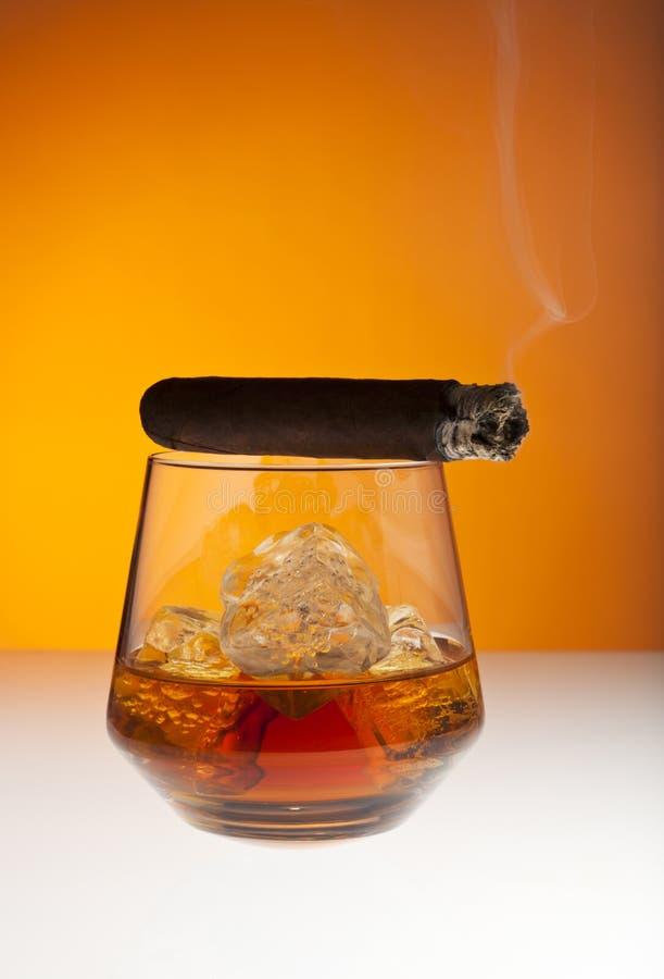 威士忌酒和雪茄 免版税库存照片