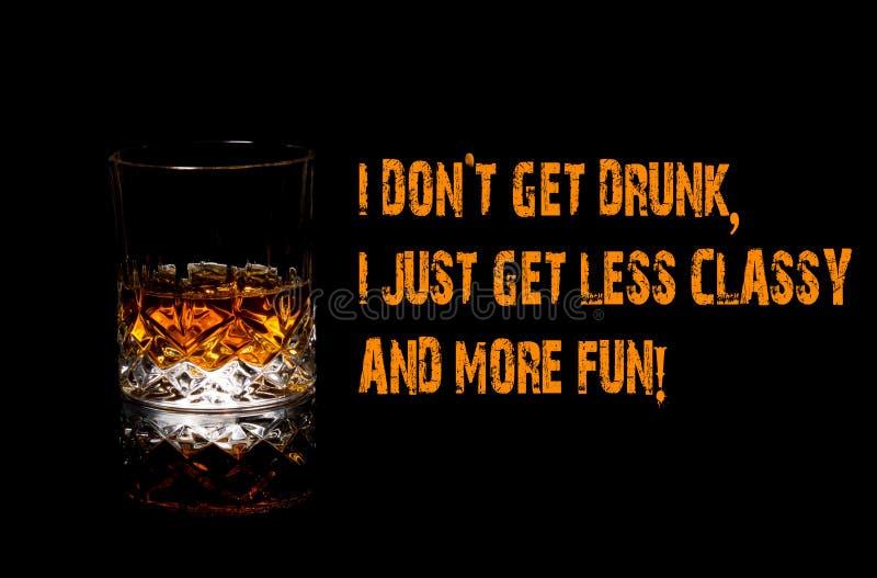 威士忌酒滑稽的Meme,我穿上` t醉得我得到更多乐趣,凉快 免版税库存图片
