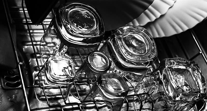 威士忌酒的黑白特写镜头图象与射击或射击者玻璃一起的古板或岩石玻璃在t的一台盘滤水器 库存图片