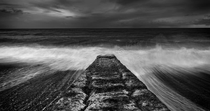 威尔士岸的防堤建筑 免版税库存照片