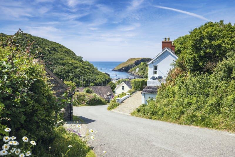威尔士沿海村庄在明亮的好日子 免版税图库摄影