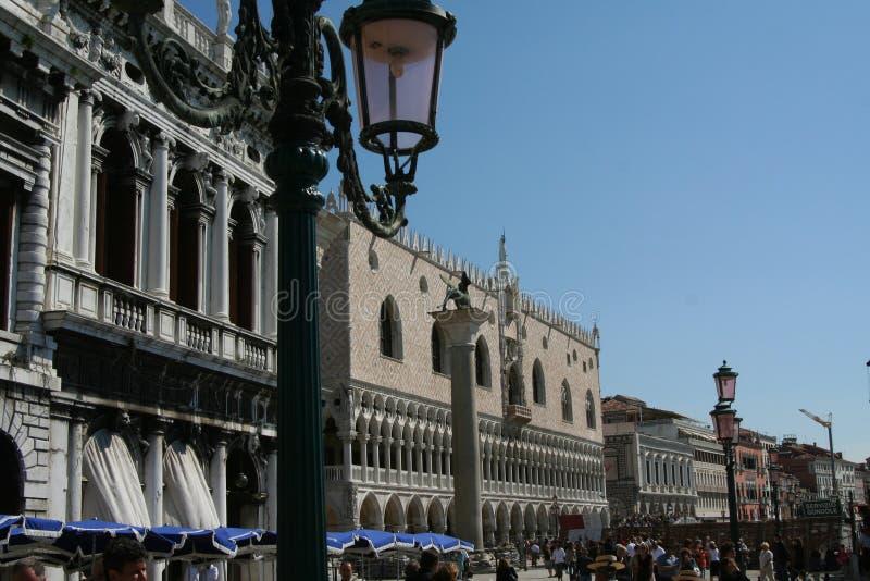 威尼斯、总督宫和街灯 库存图片